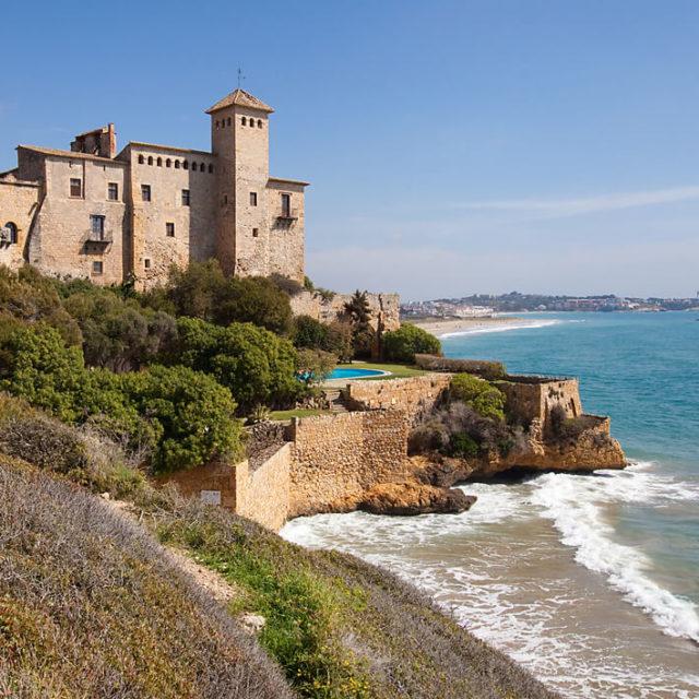 Замок на берегу моря